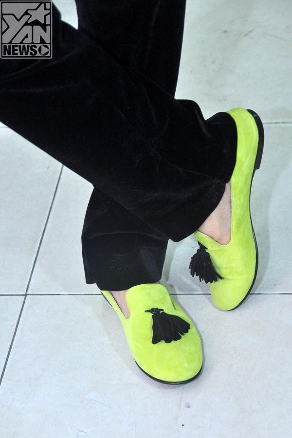 Chiếc giày mang màu sắc yêu thích của Đàm Vĩnh Hưng, nhìn trông có vẻ đơn giản nhưng giá trị của nó ước chừng tầm 600USD.