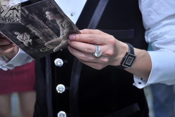 Tất nhiên là không thể thiếu chiếc nhẫn quý và phụ kiện ưa thích của Đàm Vĩnh Hưng là đồng hồ, giá trị của những món hàng này đều lên đến con số khủng.