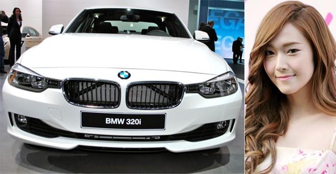 Jessica điều khiển chiếc BMW 320i.