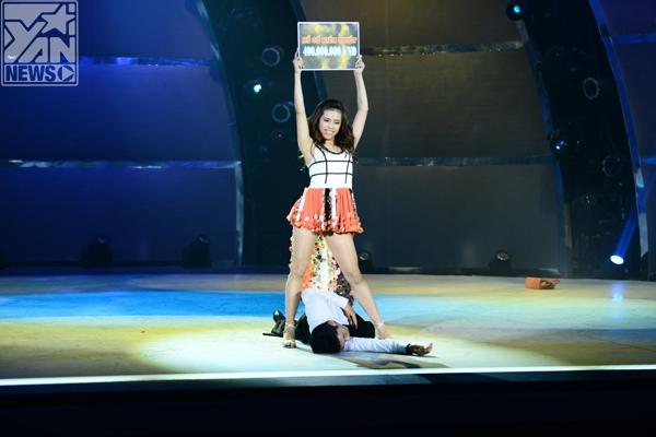 Cặp đôi Lan Anh - Hoàng Minh đã mang tới cho đêm thi thứ hai một không khí vui vẻ, sôi động ngay từ khi mở màn. Trên nền nhạc Dance again, những bước chân Chachacha mạnh mẽ, dứt khoát nhưng không kém phần quyến rũ.