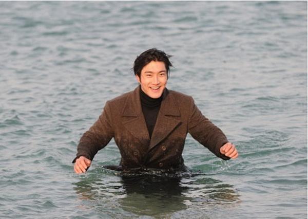 """Dù làm anh chàng mặt lạnh, dù biến hình với nụ cười hết cỡ hay giả vờ """"tỏ ra nguy hiểm"""" thì Choi Si Won vẫn dễ dàng đốn tim các fan nữ"""