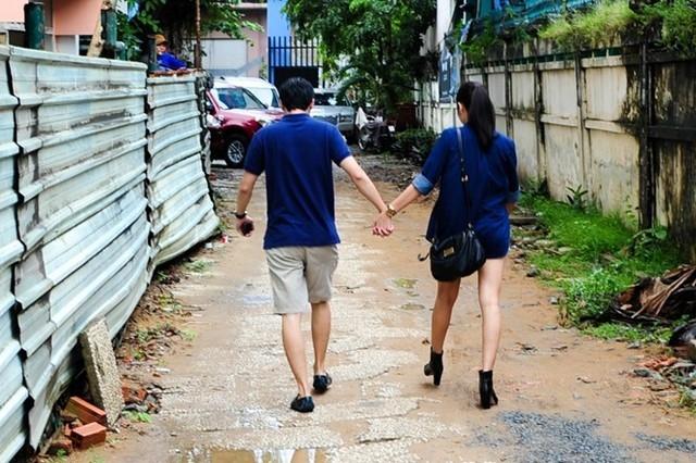 Lúc ra về, cặp vợ chồng trẻ vui vẻ nắm tay nhau rảo bước ra xe. Trông họ rất tình cảm và hạnh phúc! - Tin sao Viet - Tin tuc sao Viet - Scandal sao Viet - Tin tuc cua Sao - Tin cua Sao