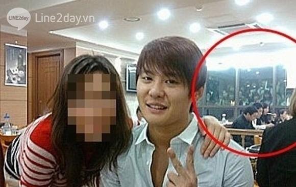 """Nhóm sasaeng fan như những """"xác sống"""" bên ngoài quán ăn có mặt Junsu"""