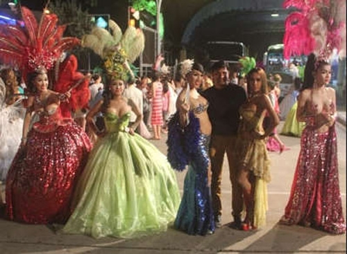 Một cảnh show nhẹ nhàng được của những vũ công chuyển giới Thái