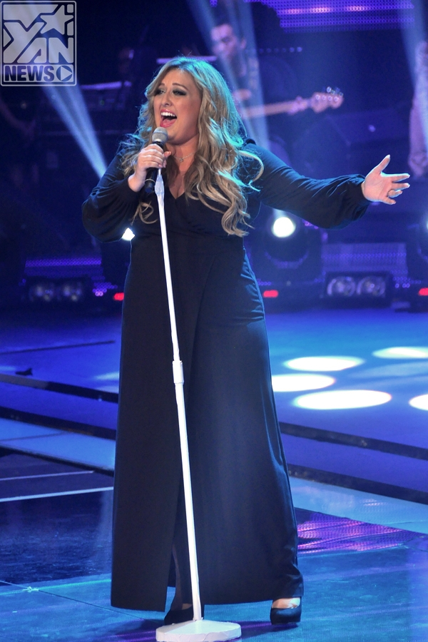 Trước khi đến với phần công bố kết quả chính thức, khán giả lại một lần nữa khâm phục giọng hát của Quán quân The Voice Anh trong ca khúc solo It's a Man's Man's World.