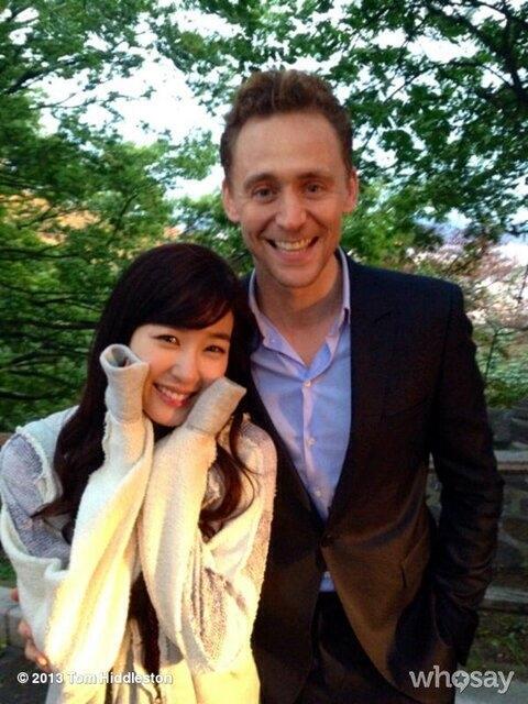 Tiffany tạo dáng cực nhí nhảnh bên Tom Hiddleston
