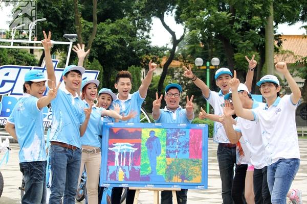 Lúc này, thời tiết tại Hà Nội bắt đầu mưa lớn, dự báo sẽ đổ bộ vào Hà Nội. Các đội chơi trùm kín áo mưa, ekip cũng sẵn sàng chiến đấu với bão.