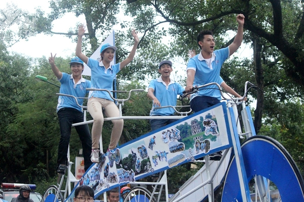 Mặc cho trời mưa, thành viên cả hai đội và các bạn trẻ cùng nhau trang trí cho chiếc xe đạp khổng lồ với những bức hình của họ được chụp trong suốt hành trình. Các đội rôm rả thi nhau kể về những kỷ niệm của mình qua từng bức ảnh.     Sau khi trang trí cho chiếc xe đạp khổng lồ thì đột ngột xuất hiện các bạn trẻ cùng nhau nhảy flashmob dưới nền nhạc chủ đạo bài Vút bay - Yan Generation. Chiếc xe đạp khổng lồ được công nhận kỷ lục Guiness Việt Nam là chiếc xe đạp có kích thước lớn nhất.     Siêu Nhân Đạp Xe cùng nhau đạp chiếc xe đạp khổng lồ diễu hành trên phố. Isaac sợ không điều khiển được, xanh cả mặt. Đông Nhi run lập cập nhưng được Ông Cao Thắng động viên nên vẫn tươi cười rạng rỡ. Tuy nhiên, được cầm lái chiếc xe đạp khổng lồ diễu hành trên phố khiến các thành viên vô cùng thích thú và thu hút đông đúc người dân.