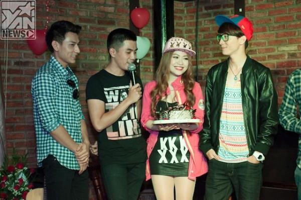 Nhóm 365 đến chúc mừng sinh nhật Mia rất dễ thương - Tin sao Viet - Tin tuc sao Viet - Scandal sao Viet - Tin tuc cua Sao - Tin cua Sao