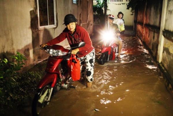 Triều cường lên, người Sài Gòn khốn đốn trong biển nước