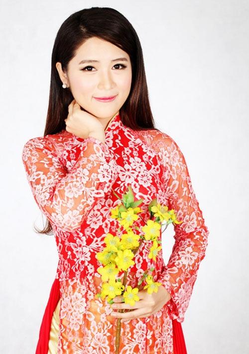 Sky trong bộ áo dài truyền thống của Việt Nam.