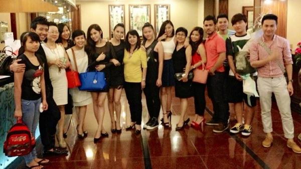 Buổi sinh nhật diễn ra ấm cúng với đông đủ gia đình bạn bè - Tin sao Viet - Tin tuc sao Viet - Scandal sao Viet - Tin tuc cua Sao - Tin cua Sao