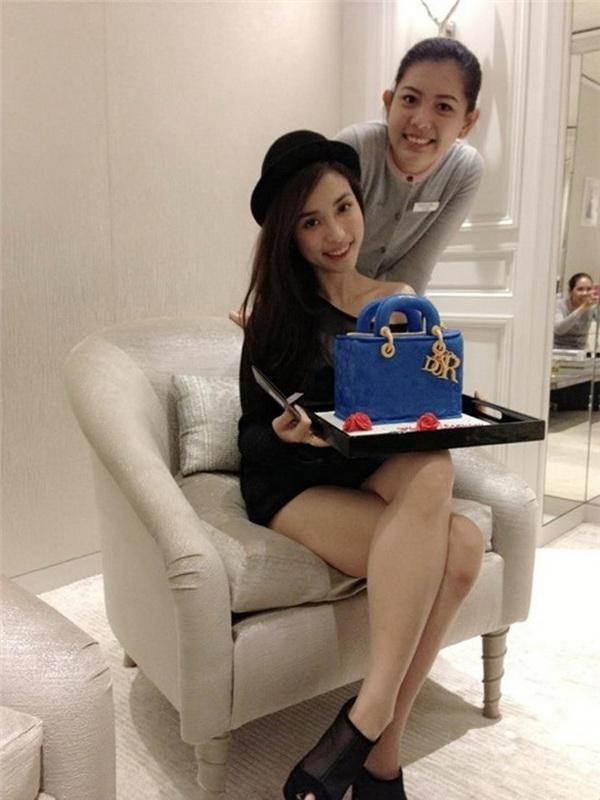 Mai Hồ cũng nhận được chiếc bánh gato ngộ nghĩnh là hình một chiếc túi sang trọng - Tin sao Viet - Tin tuc sao Viet - Scandal sao Viet - Tin tuc cua Sao - Tin cua Sao