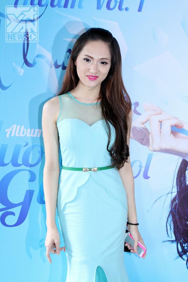 Nữ ca sĩ vô cùng xinh đẹp trong ngày ra mắt album với chiếc đầm xanh của NTK Hà Duy dành riêng cho cô.