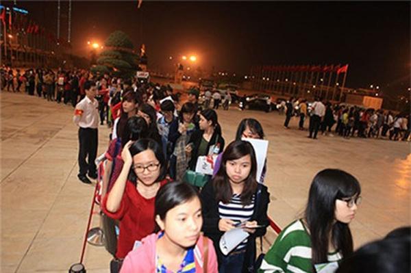 Dòng người xếp hàng chờ đón JYJ - một hiện tượng hiếm thấy trong showbiz Việt.