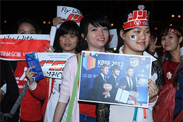 Các fan xếp hàng chào đónJYJ.