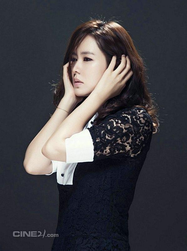 Son Ye Jin cuốn hút ma mị trong sắc đen ngày Halloween