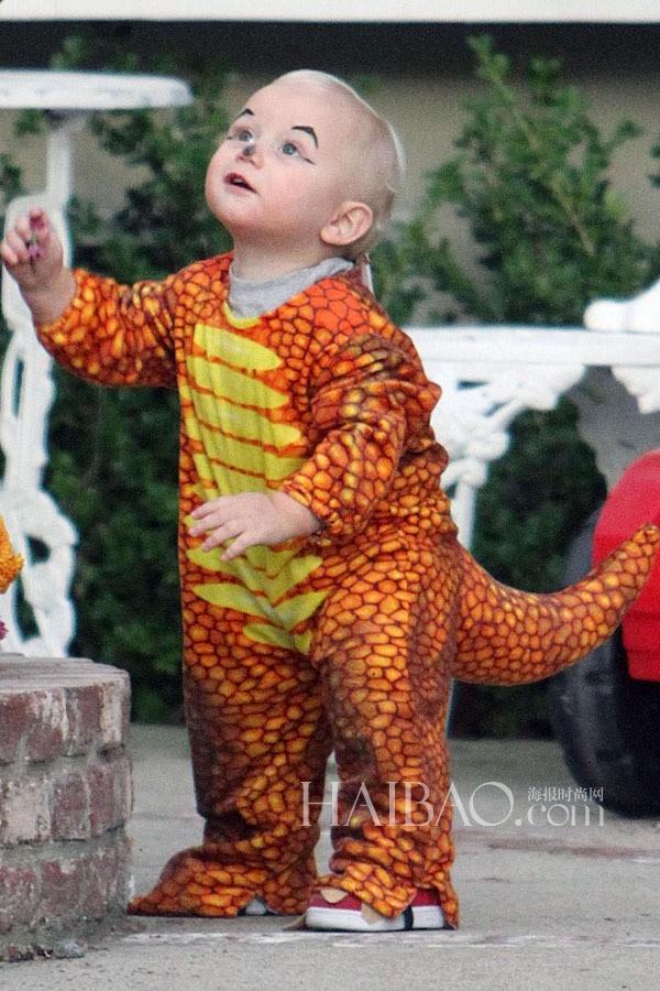 Zuma Rossdale - con trai của nữ ca sĩ Gwen Stefani và Gavin Rossdale - dễ thương với trang phục chú khủng long vàng.
