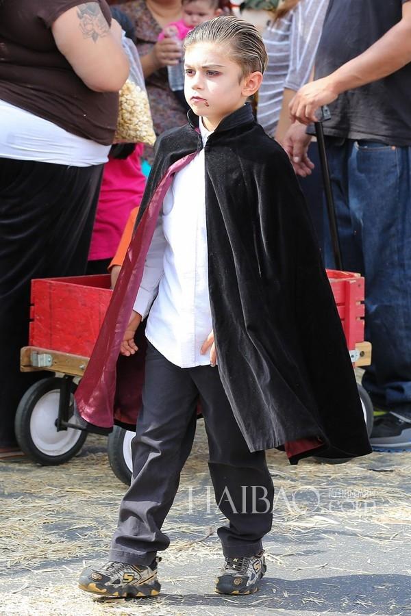 Trong khi đó, cậu anh trai Kingston Rossdale lại thích được làm ma cà rồng.