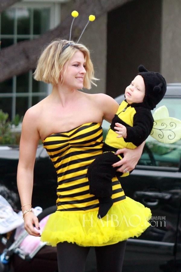 """""""Mẹ con nhà ong vàng"""" Ali Larter và Theodore."""