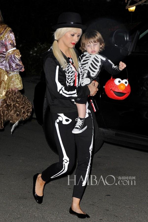 """Mẹ con Christina Aguilera """"tông xuyệt tông"""" đi dự tiệc."""