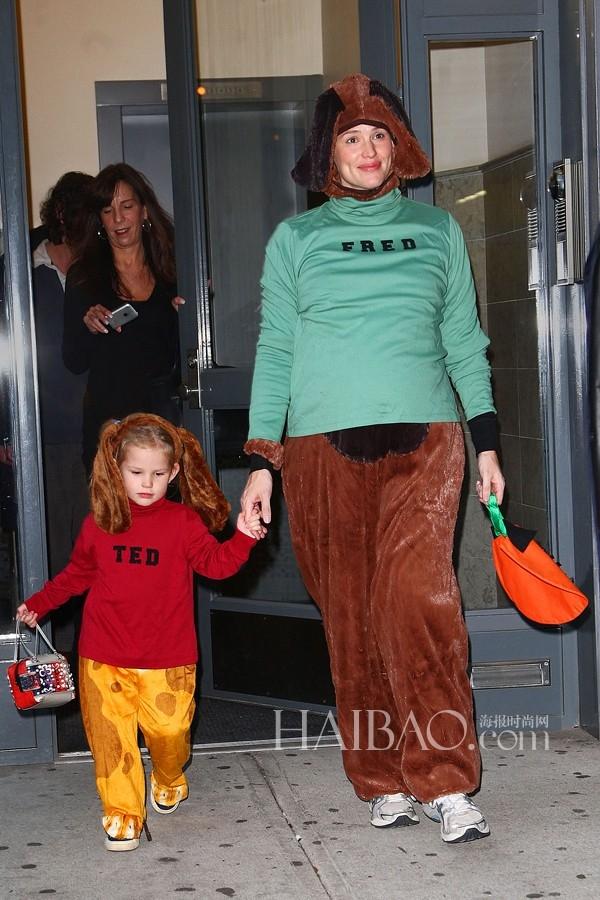 Bà bầu Jennifer Garner chịu khó đi chơi với con gái Violet Affleck.