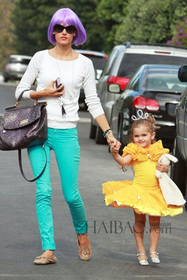Anja Louise thích thú khi được xúng xính váy áo đi chơi cùng mẹ - siêu mẫu Alessandra Ambrosio.