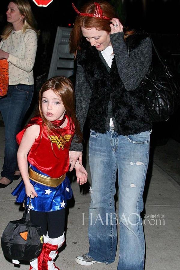 Cô con gái Liv Freundlich của Julianne Moore thích thú với hình tượng Wonderwoman.
