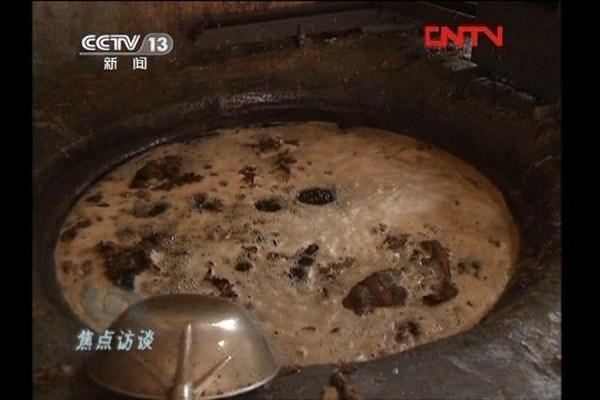 """Cận cảnh """"tuyệt chiêu"""" biến nước thải thành dầu ăn ở Trung Quốc"""
