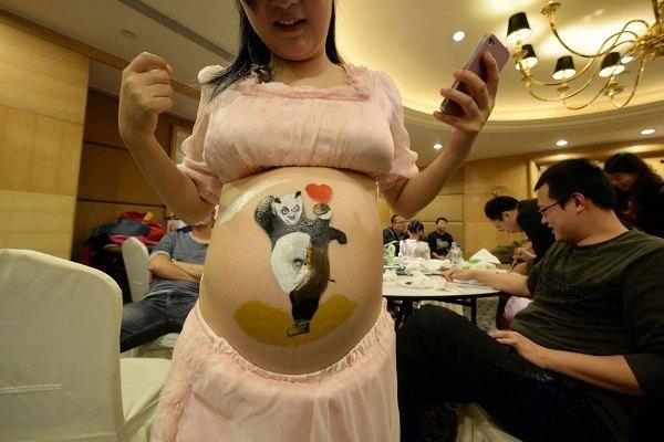 Độc đáo cuộc thi vẽ tranh trên bụng bầu