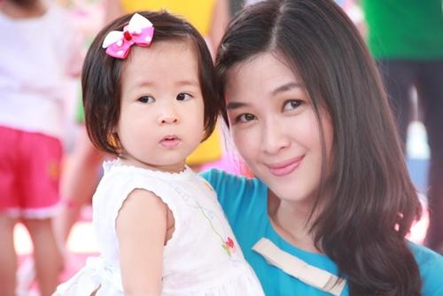 Mạc Anh Thư bên cô con gái nhỏ.