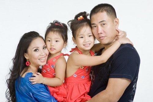 Vợ chồng Cẩm Ly bên hai cô con gái đáng yêu.