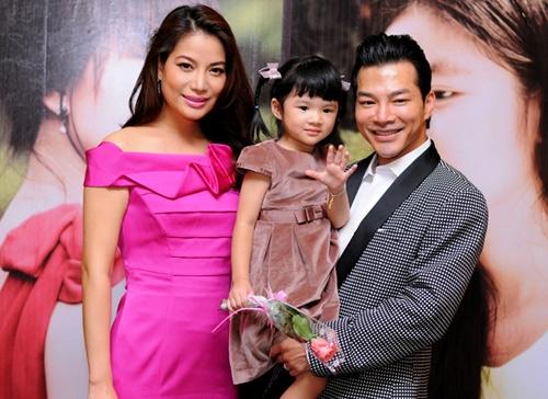 Cặp đôi hạnh phúc bên cô con gái nhỏ.