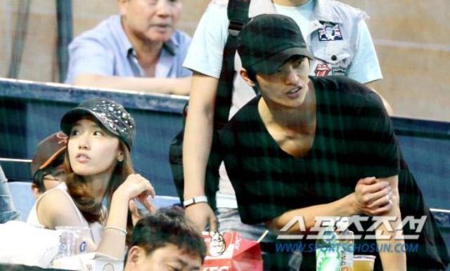Những hình ảnh củaSeo In Gukvà Yoona được cánh paparazzi bắt gặp tại sân bóng chày trước đây