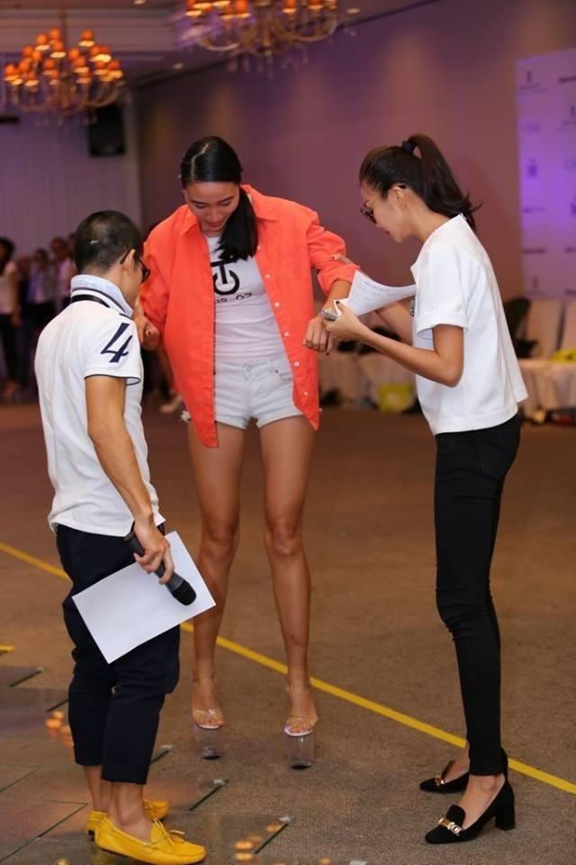 Mới đây, Huyền Trang - Quán quân Vietnam's Next Top Model mùa đầu tiên - chia sẻ hình ảnh hậu trường tập luyện cho show thời trang của nhà thiết kế Công Trí.   Cô bị ngã vì đôi giày quá cao (21cm) và phải nhờ sự giúp đỡ của Thanh Hằng và đạo diễn Việt Tú để đứng lên.   Người mẫu Trà My - Á quân của Vietnam's Next Top Model 2011 cũng từng gặp sự cố tương tự trên sàn catwalk.