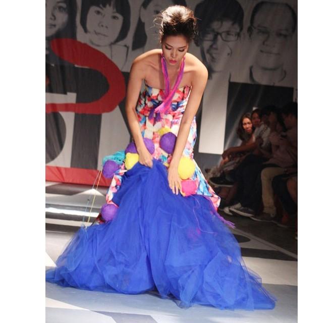 Chân dài Thiên Trang, thí sinh bước ra từ Vietnam's Next Top Model 2012, ngã dúi dụi khi tham gia Tuần lễ thời trang Việt Nam xuân - hè 2013. Sau sự cố, Thiên Trang đã gửi lời xin lỗi khán giả và cho rằng đây là một kinh nghiệm quý báu trong sự nghiệp của cô.   Chiếc váy quá rộng và rườm rà khiến Hoa hậu Thùy Dung không kiểm soát được bước đi của mình.