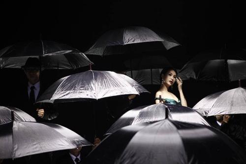 Uyên Linh sang trọng trong MV Buồn mới nhất