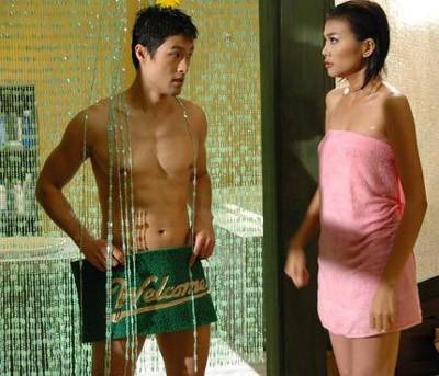 """Hình ảnh hài hước và cực """"nóng"""" của Johnny Trí Nguyễn trong phim Nụ hôn thần chết đóng cặp cùng Thanh Hằng."""