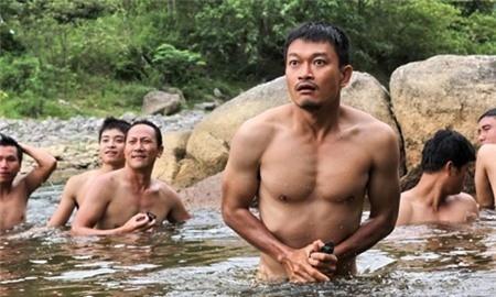 Diễn viên Trương Minh Quốc Thái với cảnh nude trong bộ phim làm về chiến tranh Những người viết huyền thoại