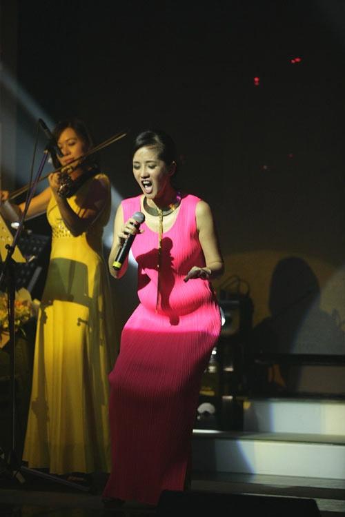Dù mang thai đôi nhưng bụng bầu của Hồng Nhung rất gọn gàng và khó có thể phát hiện ra sau chiếc váy dáng suông này. Khi nữ Diva cúi người lấy hơi, các khán giả dễ dàng nhận ra bụng bầu của chị.