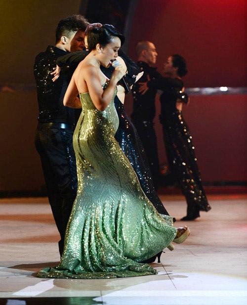 Nữ ca sĩ Đoan Trang vẫn hết mình với âm nhạc khi vừa nhận lời tham gia làm giám khảo, vừa lên sân khấu diễn rất sung.