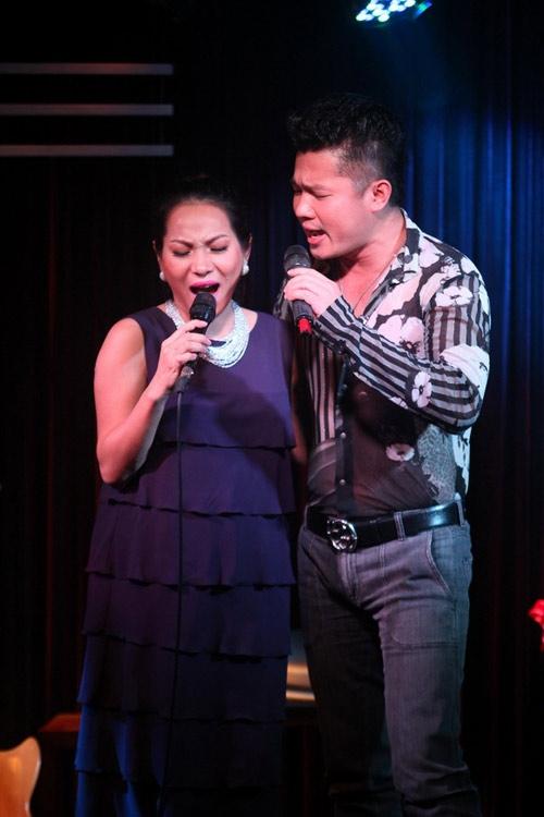 Tham gia bữa tiệc sinh nhật tròn 40 tuổi của chồng, nữ ca sĩ Hoàng Lê Vy cũng không ngại lên sân khấu thể hiện giọng ca dù đang bầu bí. Chị vẫn tự tin và say sưa thể hiện nhiều ca khúc cùng các đồng nghiệp.