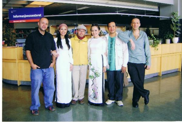 Viet Vo Da Housecùng bạn bè quốc tế