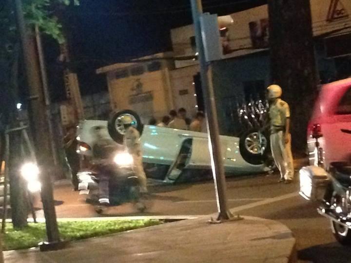Những hình ảnh hiện trường cho thấy tai nạn lật xe này rất nguy hiểm - Tin sao Viet - Tin tuc sao Viet - Scandal sao Viet - Tin tuc cua Sao - Tin cua Sao