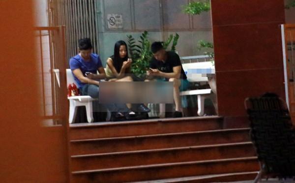 Bạn bè ngồi túc trực tại bệnh viện chờ Hoàng Yến đang cấp cứu bên trong - Tin sao Viet - Tin tuc sao Viet - Scandal sao Viet - Tin tuc cua Sao - Tin cua Sao