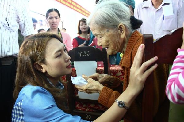 Nữ ca sĩ ân cần hỏi han từng người dân nơi đây, đặc biệt dành sự quan tâm cho những người già. - Tin sao Viet - Tin tuc sao Viet - Scandal sao Viet - Tin tuc cua Sao - Tin cua Sao