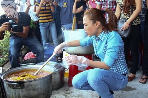 """Nữ ca sĩ tự tay nêm nếm 2 nồi bún bò to và còn """"tinh ý"""" chuẩn bị trước những phần ăn riêng dành cho người ăn chay. - Tin sao Viet - Tin tuc sao Viet - Scandal sao Viet - Tin tuc cua Sao - Tin cua Sao"""
