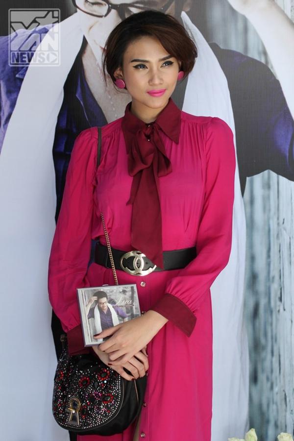 Nữ người mẫu ăn mặc kín đáo, trang điểm theo tông trang phục khi đến chúc mừng người bạn thân phát hành sản phẩm âm nhạc đầu tiên. Đây cũng là lần hiếm hoi chân dài dự buổi họp báo ra mắt một sản phẩm âm nhạc của bạn bè. - Tin sao Viet - Tin tuc sao Viet - Scandal sao Viet - Tin tuc cua Sao - Tin cua Sao