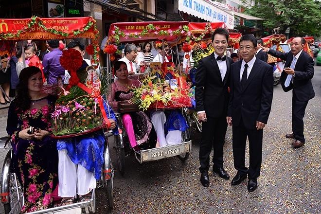 Những chiếc xích lô chở đoàn đại diện gia đình nhà trai rất phù hợp với không khí mát mẻ, trong lành nhưng rực nắng của mùa thu Hà Nội - Tin sao Viet - Tin tuc sao Viet - Scandal sao Viet - Tin tuc cua Sao - Tin cua Sao