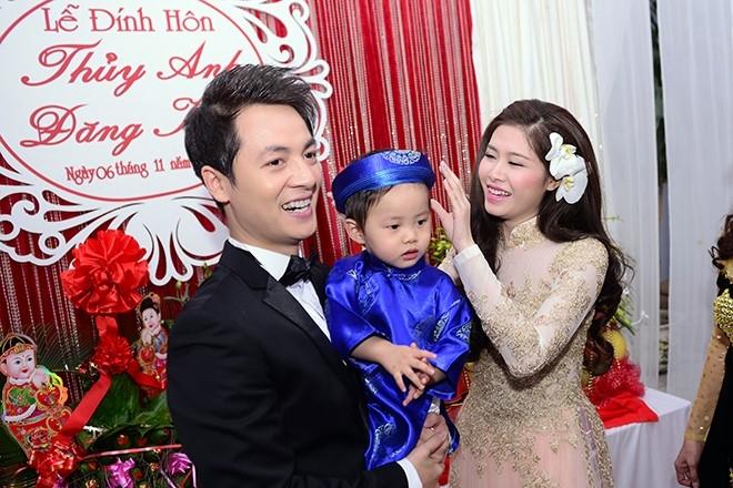 Vợ chồng Đăng Khôi - Thủy Anh không giấu được niềm hạnh phúc khi chụp hình bên cậu con trai kháu khỉnh, dễ thương - Tin sao Viet - Tin tuc sao Viet - Scandal sao Viet - Tin tuc cua Sao - Tin cua Sao